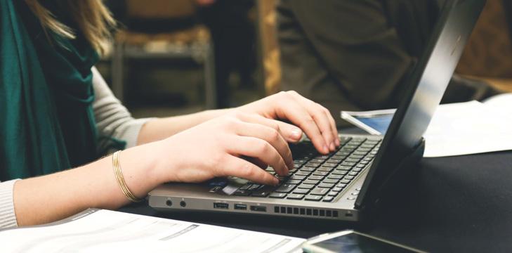 Imagen ilustrativa se ven las manos de una chica utilizando el teclado de una computadora