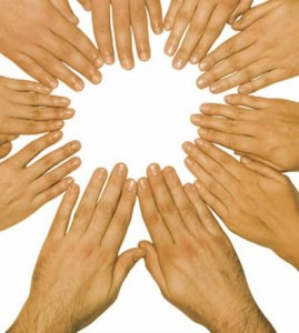 Imagen ilustrativa, se observan 10 manos una al lado de la otra dispuestas de manera circular.